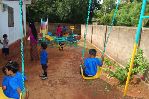 Nieuwe speeltoestellen voor de kinderen in Chelvanayagapuram speeltoestellen